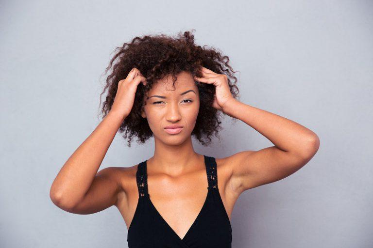 Przesuszona skóra głowy – przyczyny, objawy